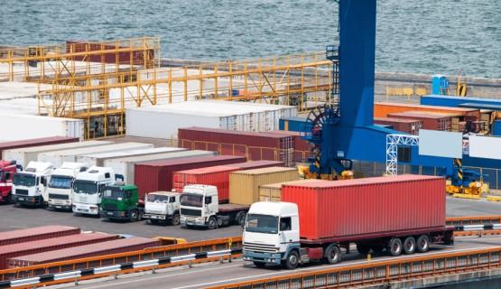 ciężarówki z kontenerami w porcie