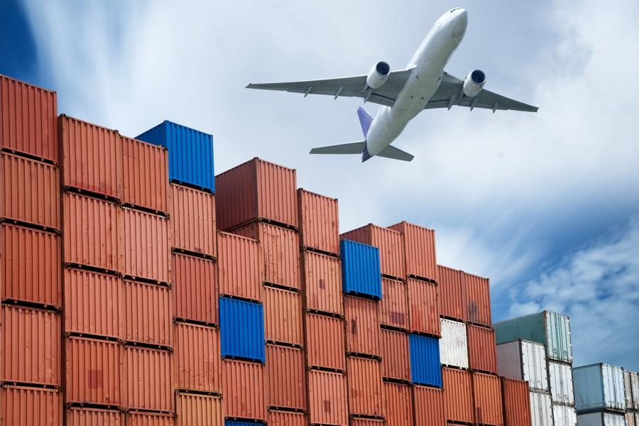 samolot nad kontenerami