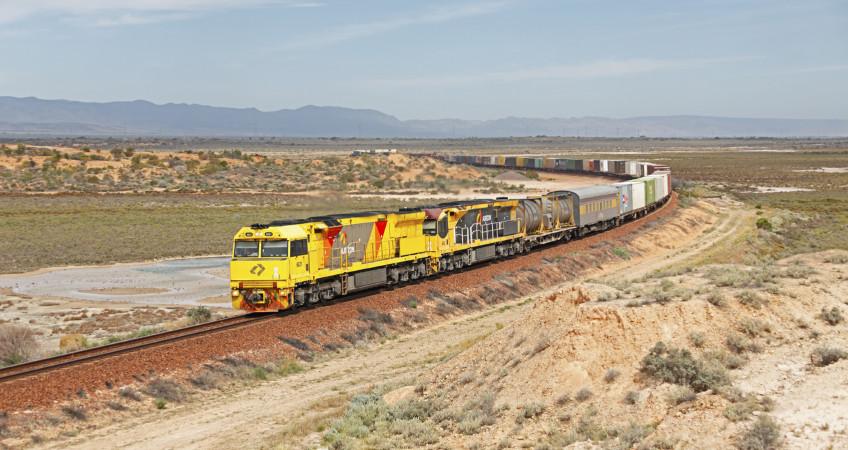 skład pociągu na pustyni