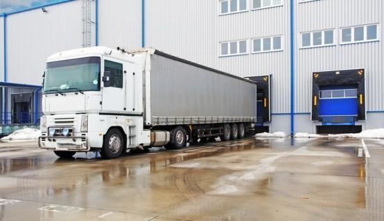 ciężarówka reno przy doku